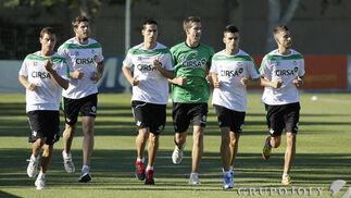 Varios jugadores, durante el primer entrenamiento de la temporada en la ciudad deportiva.  Foto: Antonio Pizarro