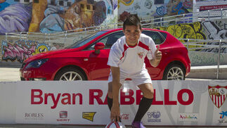 Bryan Rabello posa ante las cámaras con su nueva equipación.  Foto: José Manuel Vidal (EFE)