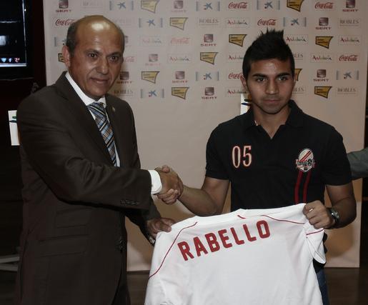 Del Nido le entrega a Rabello su nueva camiseta.  Foto: José Ángel García