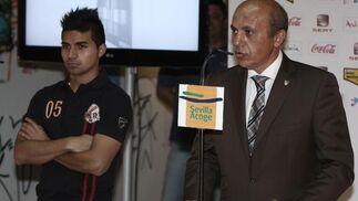 Del Nido presenta a su nuevo fichaje ante la prensa.  Foto: José Ángel García