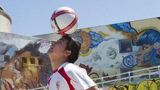 Rabello muestra su manejo con el balón.  Foto: José Manuel Vidal (EFE)