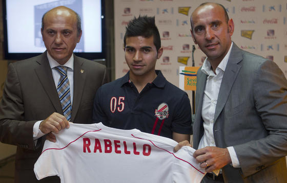 Rabello posa junto con su representante y el presidente del Sevilla FC.  Foto: José Ángel García