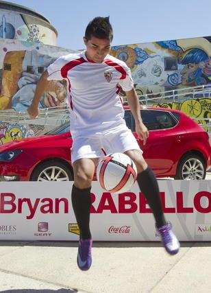El nuevo fichaje demuestra sus habilidades con el balón.  Foto: José Manuel Vidal (EFE)