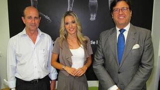 Rafael Caamaño, secretario general de la CECE; la periodista Patricia G. Mahamud y Antonio Castaño, gerente del Consorcio de Turismo de Sevilla.  Foto: Victoria Ramírez
