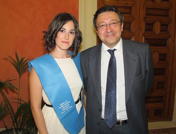 Irene Siles López, alumna del Máster de Gestión Bancaria y Mercados Financieros, con Isidoro Gamero Losada, director del máster.  Foto: Victoria Ramírez
