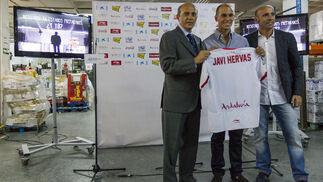Hervás con Del Nido mostrando la camiseta del futbolista./ Julio Muñoz (EFE)