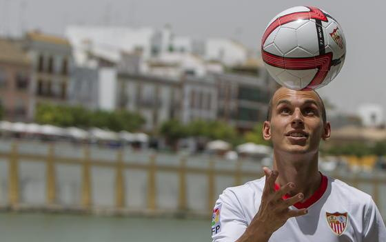 Javi Hervás jugando con balón en su presentación en el Sevilla FC./ Julio Muñoz (EFE)