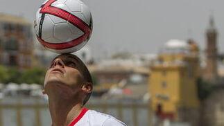 El futbolista posa ante las cámaras con el balón./ Julio Muñoz (EFE)