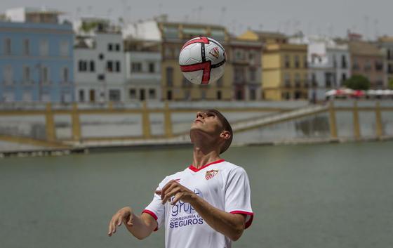 El futbolista muestra ante las cámaras sus habilidades con el balón./ Julio Muñoz (EFE)