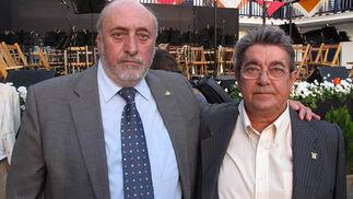 José María Ruiz Romero, hermano mayor del Cachorro de Triana, con Rafael Pérez, presidente del Centro Cultural Don Cecilio, institución honorífica.  Foto: Victoria Ramírez