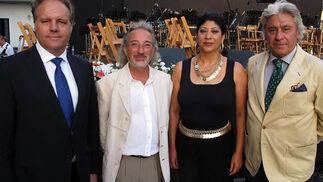 Carlos Martín Vázquez, Miguel Megüesin (Doctor Keli) y Paco Lola, trianeros del año, con la bailaora Manuela Carrasco, trianera de honor de 2012  Foto: Victoria Ramírez