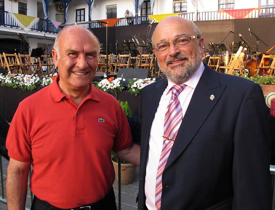 Vicente Flores, autor del cartel de la Velá 2012, con Agustín Pérez González, poeta y pregonero de la Velá de Santa Ana de este año.  Foto: Victoria Ramírez