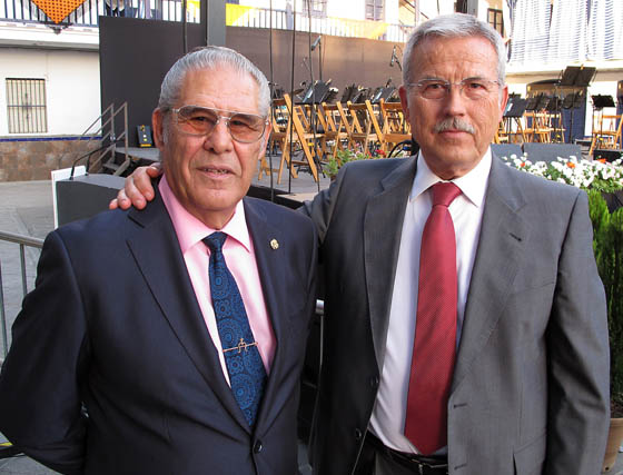 José María Susoni, trianero de honor, con Juan Tejada 'Juanito el boticario', trianero adoptivo.   Foto: Victoria Ramírez