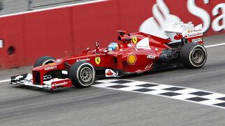 Alonso cruza la meta de Hockenheim./ Reuters