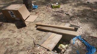 Cajas de cartón, plásticos e incluso placas de madera han sido abandonadas en el recinto del parque.  Foto: Paco Guerrero