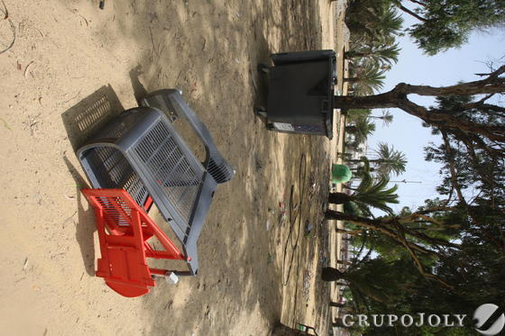 Contenedores y carros de plástico tirados por el suelo del parque.  Foto: Paco Guerrero