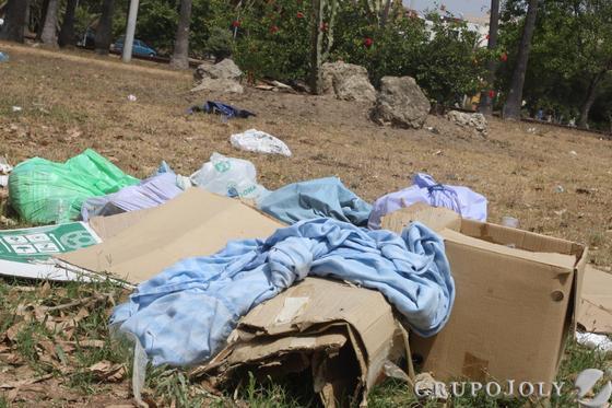 Imagen de cartones, mantas, y bolsas repletas de basura esparcidas por el recinto del parque  Foto: Paco Guerrero