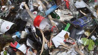 Imagen de cristales y plásticos pertenecientes a los restos del botellón que están ensuciando el parque.  Foto: Paco Guerrero