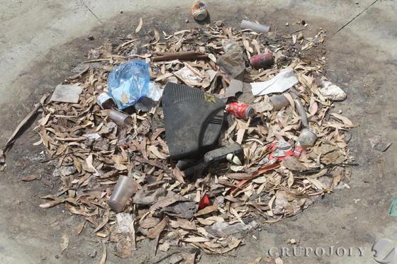 Latas, vasos, plásticos, chatarra acumulada en la zona.  Foto: Paco Guerrero