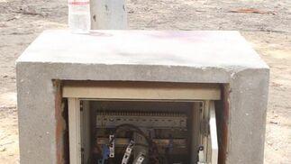 Poste de electricidad, abierto y sin seguridad.  Foto: Paco Guerrero