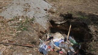 Una imagen de los restos de suciedad de la Velada y las Fiestas en uno de los agujeros de la zona.  Foto: Paco Guerrero