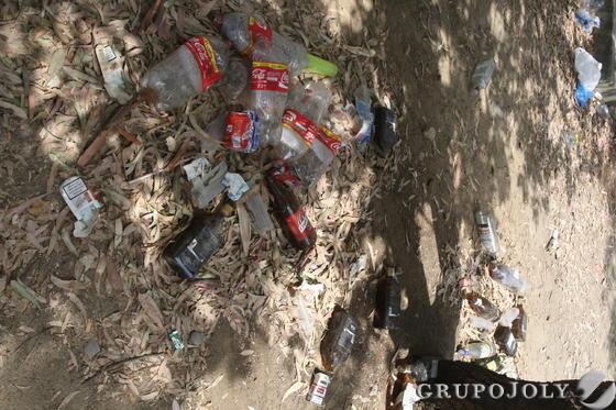 Lo restos de botellón inundan el suelo del parque.  Foto: Paco Guerrero