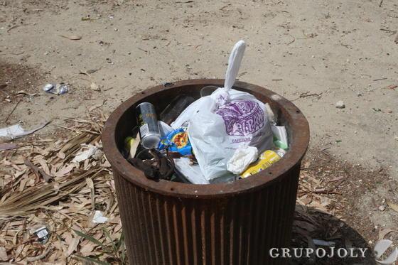 Una papelera repleta de basura.  Foto: Paco Guerrero