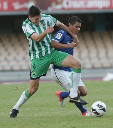 Un defensa del Racing trata de arrebatar el balón a un jugador azulón. / Pascual