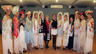 Modelos y bailaoras de la Escuela de Danza de Lalo Tejada, con la diseñadora Rosario Solís, y la bailaora Lalo Tejada, protagonistas del desfile 'Así se desfila y baila en Sevilla', que tuvo lugar durante la cena de gala.  Foto: Victoria Ramírez