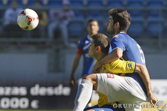 Belencoso y Sergio se agarran.   Foto: Julio Gonzalez