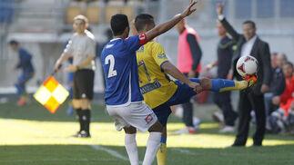 Viyuela pierde el balón en la banda, presionado por Mahanan.  Foto: Julio Gonzalez