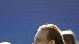 El técnico, con gesto serio y preocupado antes del comienzo del partido.   Foto: Julio Gonzalez
