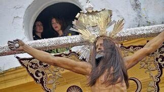 La melena del Cristo de la Expiración es movida por el viento nada más plantarse en la plaza a la que da nombre.  Foto: Manuel Aranda· Manu Garcia