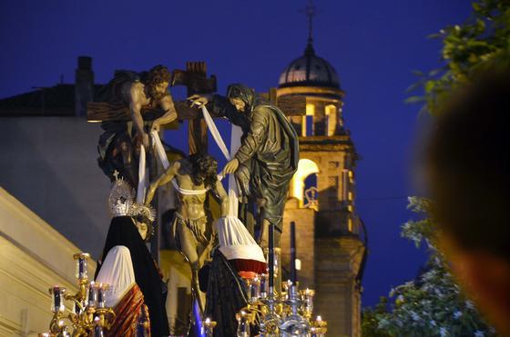 El Descendimiento, inmenso, ante la torre de La Victoria.  Foto: Manuel Aranda· Manu Garcia