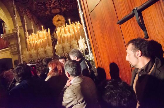 Gestos compungidos ante el palio de la Esperanza de la Yedra, que se quedó en la mismísima puerta sin poder mostrarse a Jerez.  Foto: Manu Garcia