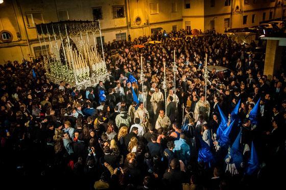 El palio de María Santísima de la Concepción rodeado de público al recogerse anticipadamente en Las Viñas.  Foto: Manuel Aranda· Manu Garcia