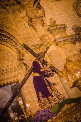 El Señor de la Vía Crucis saliendo de la Catedral.  Foto: Manu Garcia