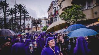 El palio del Traspaso se encamina hacia Letrán por la alameda Cristina mientras afloraban los paraguas.  Foto: Manu Garcia