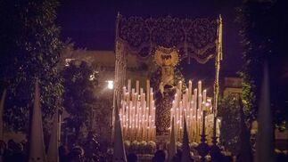La Virgen de la Esperanza de San Francisco, como es conocida en Jerez, con la candelería encendida.  Foto: Manu Garcia