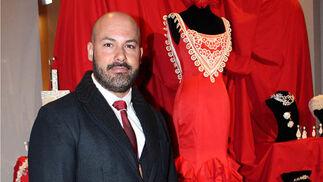 El diseñador gaditano JoséMaría Cañavate, junto a su traje de flamenca.  Foto: Victoria Ramírez