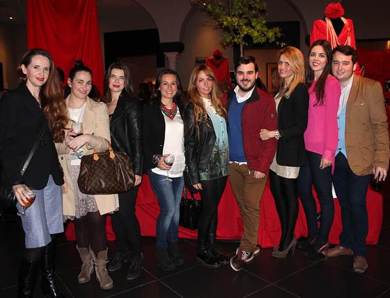 Myriam Hurtado (MYHO); María Salinas (Antonio García); Sara Moreno (Concesur), la diseñadora de moda flamenca Patricia Bazarot, finalista en Simof; y los blogueros María Cobo (Calamity Cool), Alejandro Becé (Escaparate de Moda); Silvia de Carrión (No me entiendas, sólo quiéreme), Claudia Alfaro (Entre Cirios y Volantes) y Cayetano Gómez (Ay Maricruz!).  Foto: Victoria Ramírez