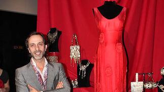 El diseñador Manolo Giraldo, con su traje de flamenca.  Foto: Victoria Ramírez