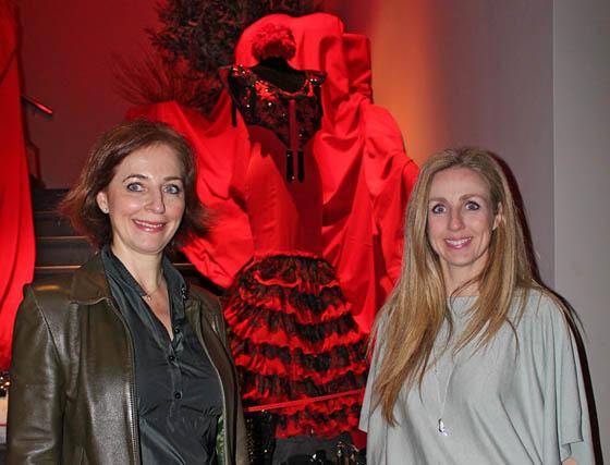 Rocío y Mila Montero, diseñadoras de Lina Sevilla 1960, junto a la bata de cola expuesta.  Foto: Victoria Ramírez