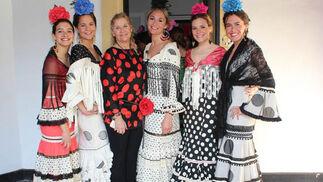 Jóvenes vestidas de flamenca por Lucía Hernández-Franch (tercera por la izquierda), con mantoncillos de Lourdes Mauri y flores de Pilar Martín.  Foto: Victoria Ramírez