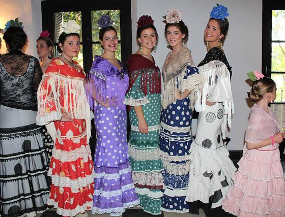 Jóvenes modelos con diseños de flamenca.  Foto: Victoria Ramírez