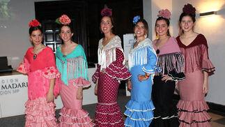 Jóvenes vestidas de flamenca, antes de desfilar.  Foto: Victoria Ramírez