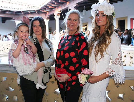 La niña Marta García de Pesquera, las diseñadoras Marta Arroyo y Lucía Hernández-Franch y María del Castillo, con un diseño de novia de ésta última.  Foto: Victoria Ramírez