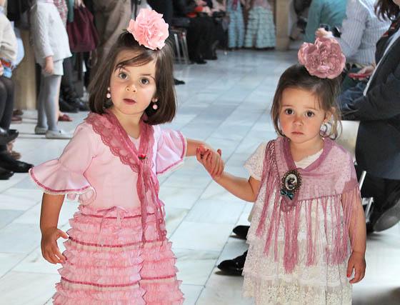 Las niñas Elisa Velasco y María García de Pesquera, con diseños de Marta Arroyo.  Foto: Victoria Ramírez