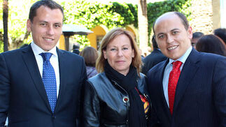 Miguel Ángel del Nido, responsable del Departamento de Control y Gestión del Sevilla FC, con su madre, Ángeles Carrasco y su hermano Adrián.  Foto: Victoria Ramírez