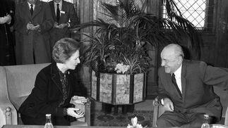 Margaret Thatcher, con el secretario general del Partido Comunista Húngaro Janos Kadar.  Foto: EFE